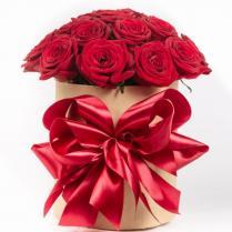 Розы красные в шляпной коробке.