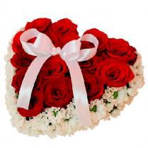 """Композиция """"Сердце"""" из роз и ромашек."""