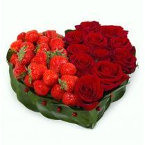 """Композиция """"Сердце"""" с розами и клубникой"""