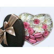 "Коробка ""Сердце"" с макарунами и цветами"