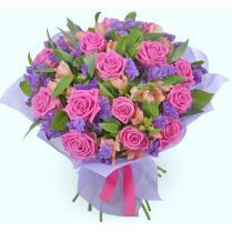 Букет из розовых роз с альстромерией.
