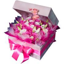 Композиция из роз в подарочной коробочке.
