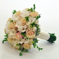 Букет невесты из кремовых роз и белой фрезии.