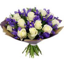 Букет из белых роз с ирисами.
