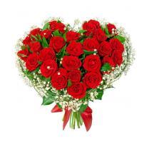 Букет в форме сердца из алых роз и зелени