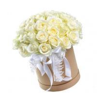 Розы белые в шляпной коробке