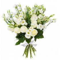 Белый букет с эустомой и розой.