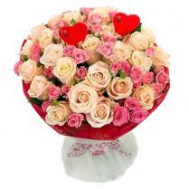 Букет из кремовых и розовых роз с сердцами.