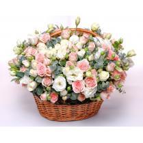 Корзина с нежными розами и эустомой