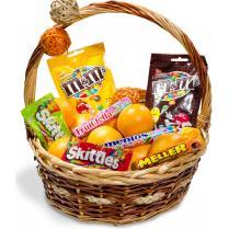 Корзина с апельсинами и конфетами