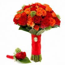 Букет невесты из красных и оранжевых роз.