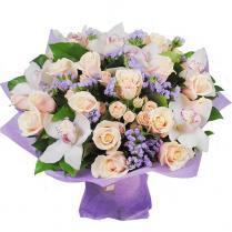 Букет с кремовыми розами и орхидеей