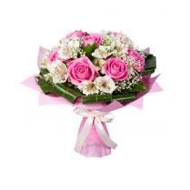 Букет с белой альстромерией и розами.