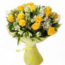 Букет из желтых роз с белой альстромерией