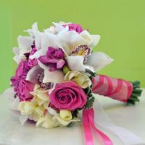 Букет из белой орхидеи и розовых роз.