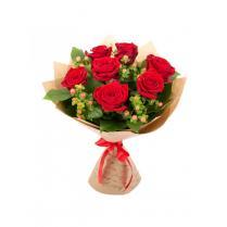 Букет из красных роз (7 шт.) в крафте.
