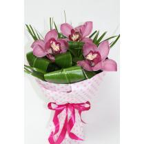 Букет из орхидеи и зелени в крафте.