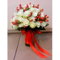 Букет неветы из белых роз и красных ягод