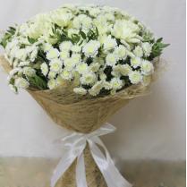 Букет из белых хризантем с зеленью