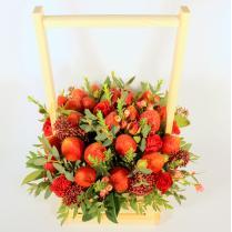 Композиция с клубникой и красной розой