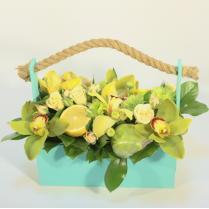Композиция из цветов с фруктами