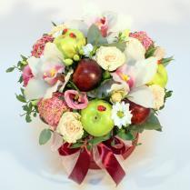 Шляпная коробка с фруктами и цветами