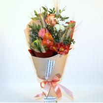 Небольшой букет с фруктами и цветами