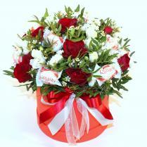 Шляпная коробка с розами и рафаэлло