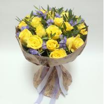 Букет из желтых роз и статицы