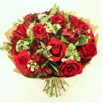 Букет с красными розами и альстромерией