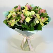 Букет с зелеными орхидеями и альстромерией