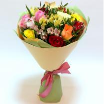 Яркий букет с разноцветными розами