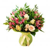 Букет из кремовых роз и розовой альстромерии