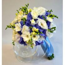 Букет невесты из синей гортензии, белой эустомы и фрезии.