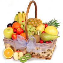 Корзина с разнообразными фруктами