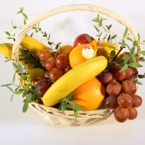 Корзина с фруктами зеленью и птицей