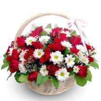 Корзина с красными розами.
