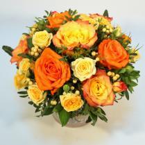Яркая композиция с оранжевыми розами