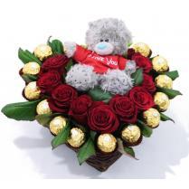 Композиция из красных роз с Ferrero Rocher и маленьким мишкой