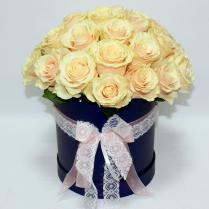 Розы нежные в шляпной коробке
