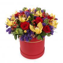 Яркие цветы в шляпной коробке