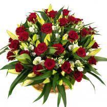 Корзина с красными розами и лилиями