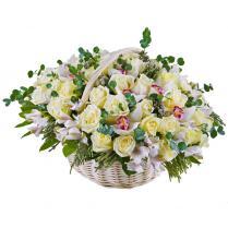 Корзина с белыми розами и белой орхидеей