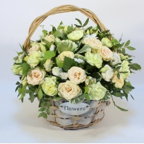 Корзина с кремовыми кустовыми розами