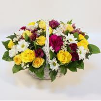 Корзина с розами и другими цветами