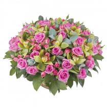 Большая корзина с розами и зелеными орхидеями