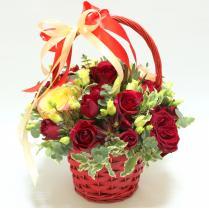 Корзина с красными розами и бантом