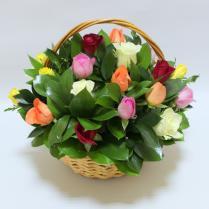 Корзина с разноцветными розами 25шт
