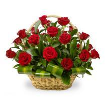 Корзина из красных роз с зеленью