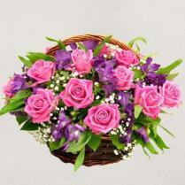 Корзина с розовыми розами и альстромерией